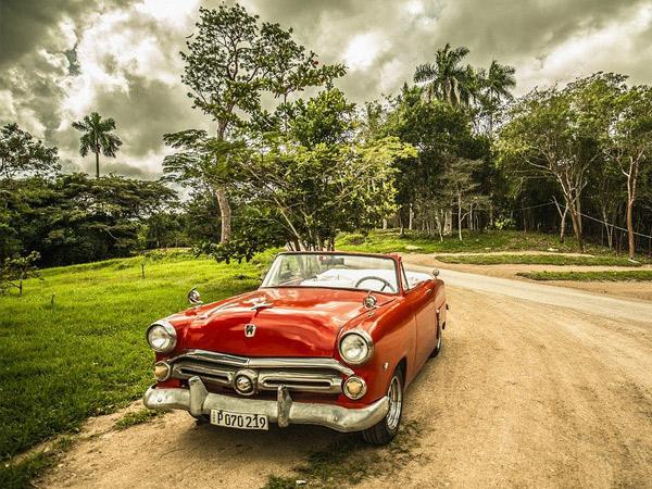 Veille voiture aux portes de Cuba, La Havane