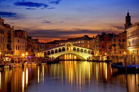 Balade au clair de lune sur le pont de Rialto, Italie.