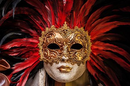 Escapade rouge et or au carnaval de Venise