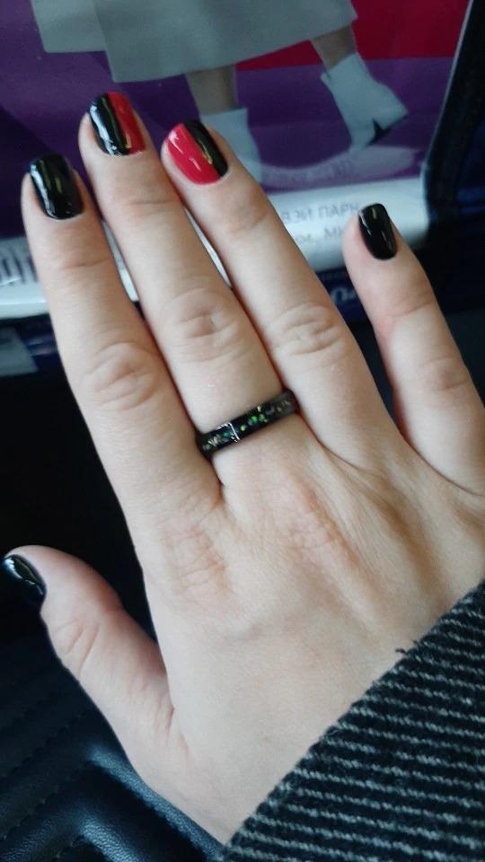 anneau design urban rings couleur noir en carbure de tungstène avec pierres opalines incrustées avec gravure