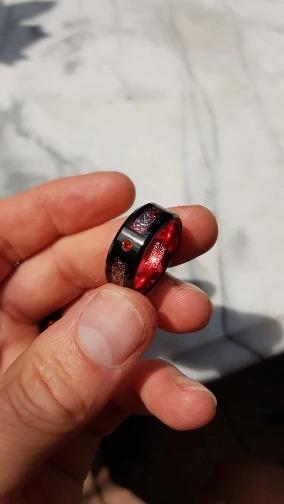 bague ou anneau homme design mode en carbure de tungstene couleur rouge avec motif celtique noir