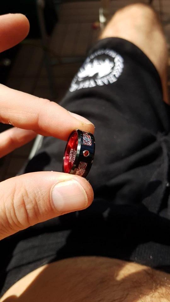 anneau ou bague homme en carbure de tungstène de couleur rouge avec motif celtique rouge et noir